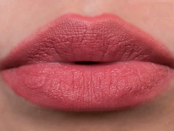 Son ysl màu cam đất khi đánh lên môi